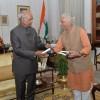 Sri-M-meets-the-President-at-Rashtrapati-Bhavan-presents-a-copy-of-Shunya-1