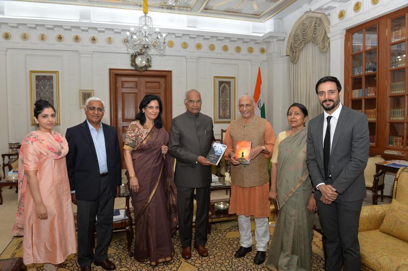 Sri-M-meets-the-President-at-Rashtrapati-Bhavan-presents-a-copy-of-Shunya-2
