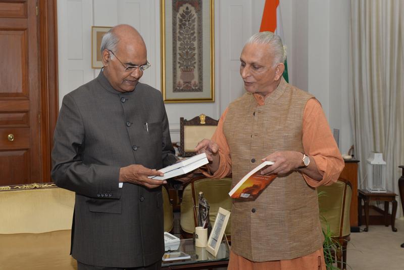Sri-M-meets-the-President-at-Rashtrapati-Bhavan-presents-a-copy-of-Shunya-3